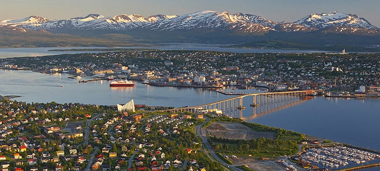 Vue de Tromsø à minuit en été © Bård Løken