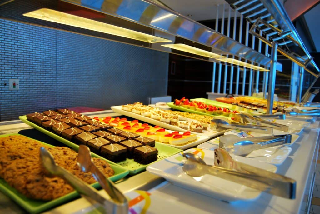 Desserts servis à l'Oceanview Café Silhouette Restaurant © Thomas Azur Croisières