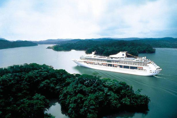 Le Legend of the Seas, naviguant sur le lac Gatun