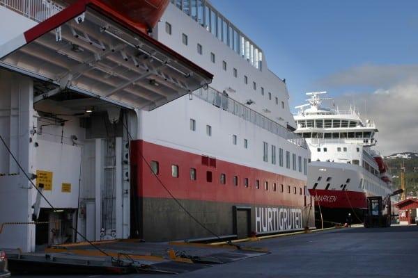 Des navires Hurtigruten amarrés à Harstad