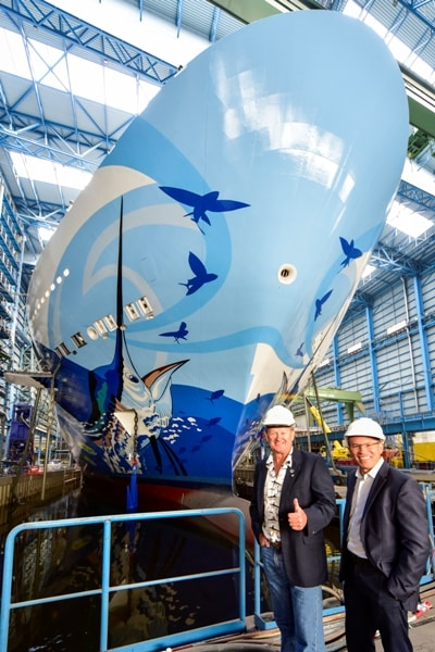 Guy Harvey et devant la poupe du Norwegian Escape © NLC