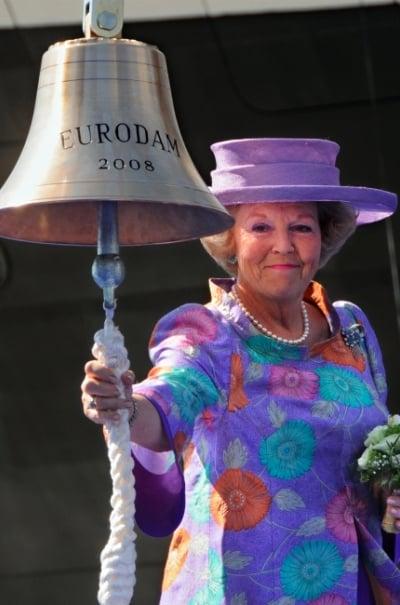 L'ancienne reine Beatrix donnant le signal pour lâcher la bouteille