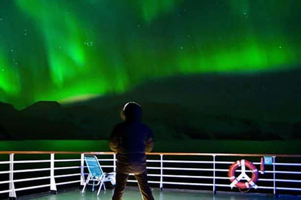 Vision d'une aurore boréale, sur le pont d'un navire