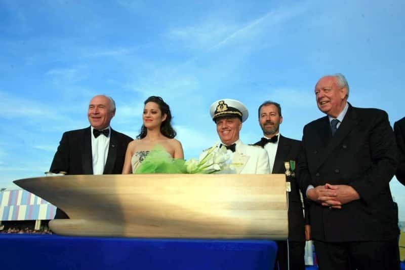 Marion Cotillard à droite du PDG Costa de l'époque Pier Luigi Foschi