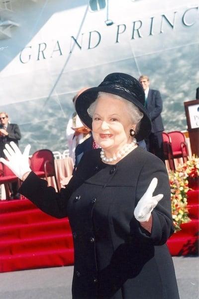 "Olivia de Havilland devant son ""filleul"", le Grand Princess"