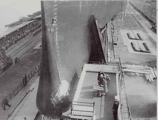 Yvonne de Gaulle devant la coque du paquebot France