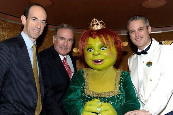 L'ogresse Fiona entourée des principaux dirigeants de RCI et du commandant de l'Allure of the Seas