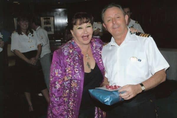 Lorraine Arzt en compagnie du commandant de l'époque David Harbinson