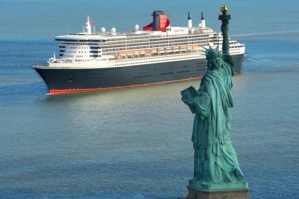 Queen Mary 2 devant la Statue de la Liberté