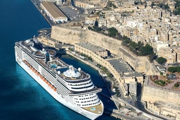 Votre futur navire amarré près de la Vieille Ville de La Valette