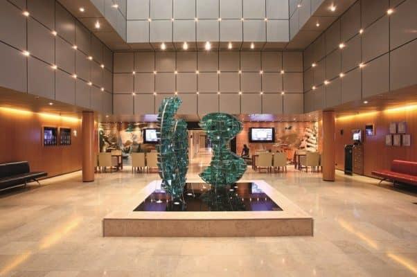 "Sculpture ""Ginger & Fred"" dans l'atrium"
